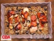 Печени пилешки бутчета в бекон с ориз със стафиди, орехи и маслини